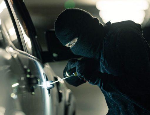 sinistro de homem roubando um carro