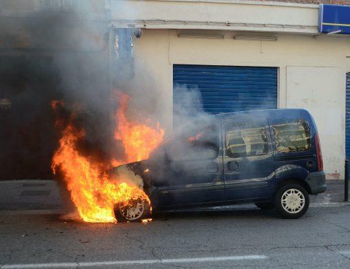 carro pegando fogo