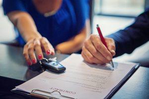 assinando contrato de seguro de carro