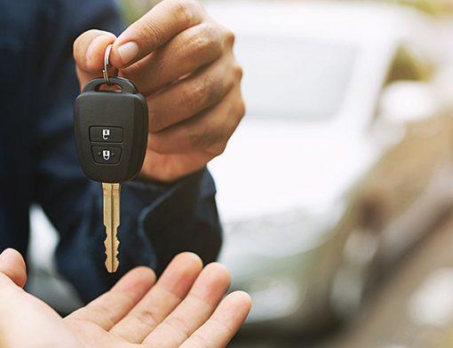 entregando uma chave de carro