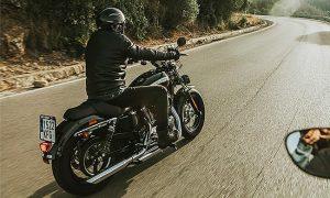 moto de luxo na estrada