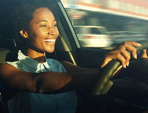 mulher negra dirigindo um carro