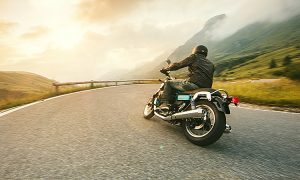 homem pilotando moto na estrada