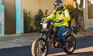 homem dirigindo moto na rua