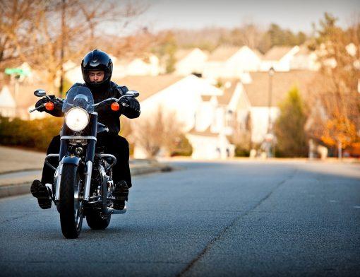 motociclista pilotando sua moto no frio