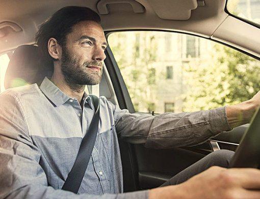 homem ao volante do carro