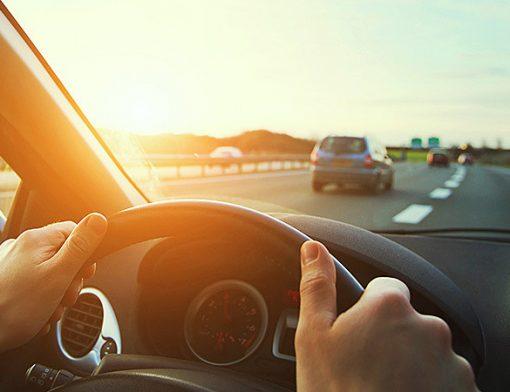 dirigindo em rodovia