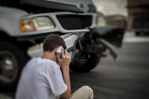 homem falando ao celular apos acidente de transito