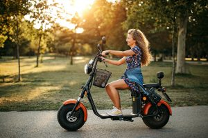 mulher pilotando moto elétrica