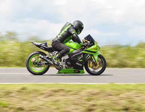 homem pilotando motocicleta esportiva