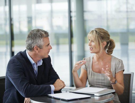 homem e mulher sentados em reuniao de negocios