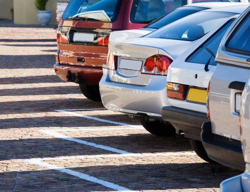 carros estacionados em fileira